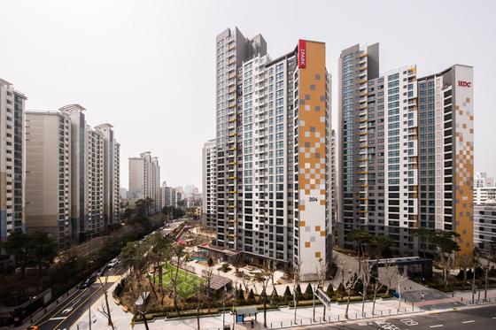 서울 강남구 삼성동에 지난해 입주한 삼성동센트럴아이파크(상아3차 재건축 단지). 시세가 3.3㎡당 6300만원선이다. 인근에 분양 예정인 상아2차 재건축 단지(래미안 라클래시) 분양가는 주택도시보증공사의 규제로 3.3㎡당 4700만원대로 예상한다.