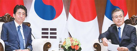 지난해 9월 25일 유엔총회에 참석한 문재인 대통령(오른쪽)이 미국 뉴욕 파커호텔에서 아베 신조 일본 총리와 한·일 정상회담을 하고 있다. [연합뉴스]
