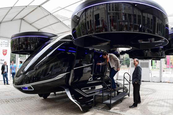 12일(현지시간) 미국 워싱턴 DC에서 열린 우버 엘레베이터 서밋을 보러온 방문객들이 '벨 넥서스' 컨셉트 차량을 살펴 보고 있다. [연합뉴스]