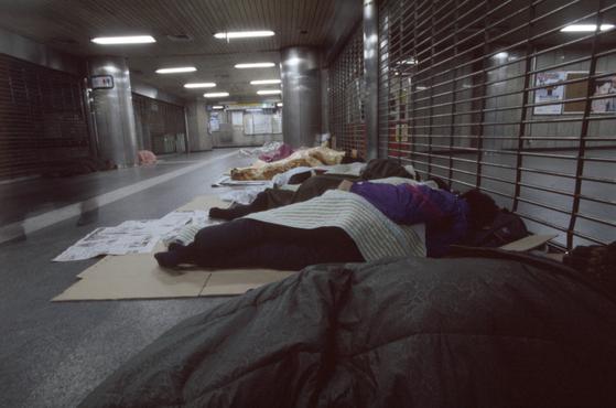 경제가 나빠지면 저소득층부터 타격을 입는다는 사실이 확인됐다. 사진은 실직자들이 지하철 통로에 노숙하는 모습. [중앙포토]