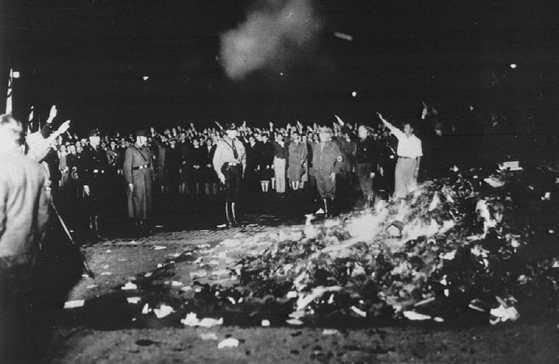 1933년 5월 나치 주도로 베를린 도서관 광장에서 벌어진 대규모 서적 소각사건 [사진 wikipedia]