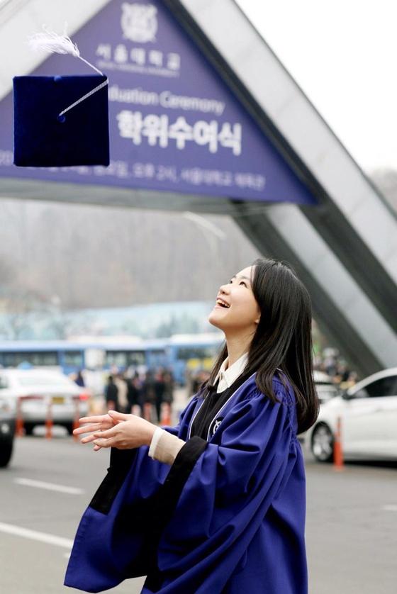 2012년 서울대 졸업식. 경영대 복수 전공으로 두 개의 학위를 받았다. [김신해 제공}
