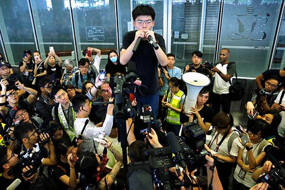 2014년 홍콩의 '우산 혁명'을 주도해 징역형을 선고받았던 조슈아 웡이 17일 출소해 군중에게 연설하고 있다. 웡은 캐리 람 행정장관의 퇴진과 송환법의 철폐를 요구했다. [로이터=연합뉴스]