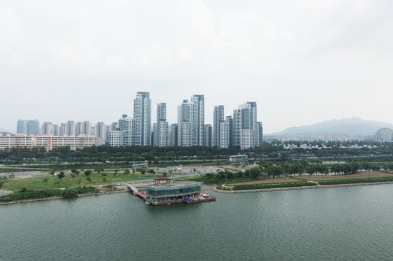 시세가 3.3㎡당 8000만원에 가까운 서울 서초구 반포동 아크로리버파크. 인근에서 분양하는 단지는 분양가 규제로 3.3㎡당 5000만원 넘게 받기 힘들다.