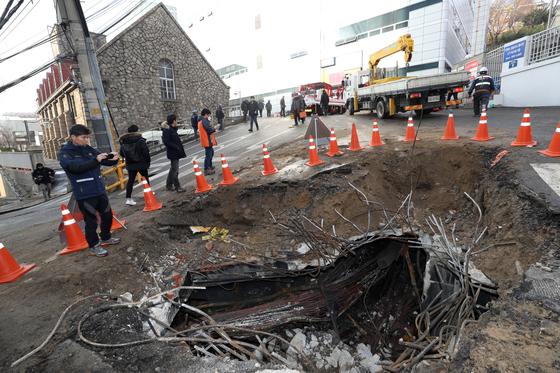 화재가 발생한 서울 서대문구 충정로 KT아현국사에서 KT 관계자 등이 복구를 위해 분주히 움직이고 있다. [연합뉴스]