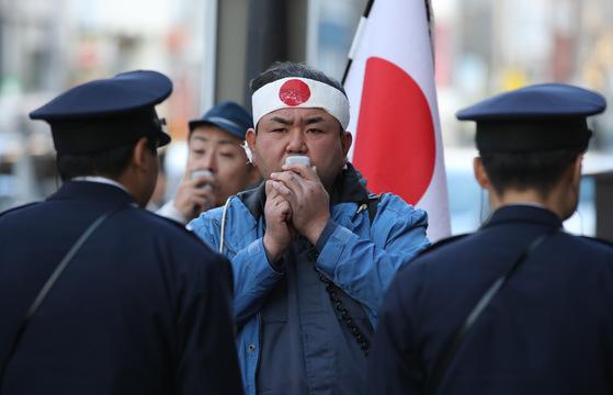 지난 2017년 강경화 외교부 장관이 일본을 방문했던 당시 도쿄 신주쿠에 위치한 주일한국대사관 한국문화원 인근에서 우익단체 회원들이 시위를 하고 있다. [사진 연합뉴스]