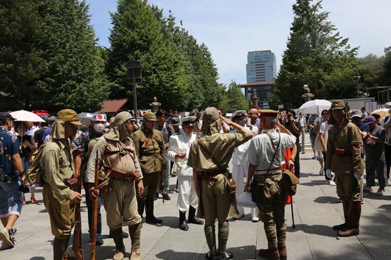 지난해 8월 15일은 광복절이자 일본의 종전기념일이다. 이날 야스쿠니 신사에 옛일본군 군복을 입은 사람들이 모여 있다. 공개적으로 침략 전쟁을 찬양하는 행위가 흔할 정도로 과거사에 대해 정확히 인식하지 못하는 일본인이 많다. [사진 연합뉴스]
