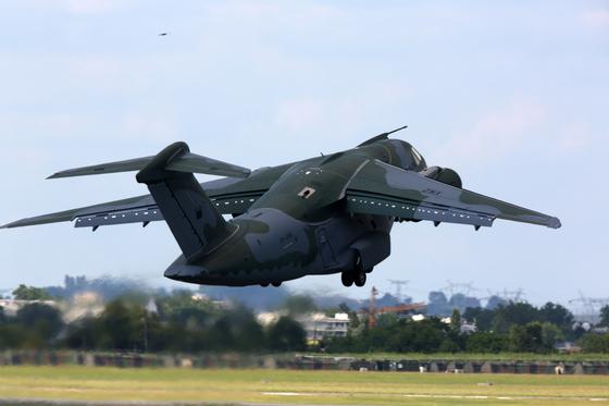 브라질이 개발한 중거리 트윈 제트 군용 수송기 KC-390가 시범 비행을 하고 있다. [TASS=연합뉴스]