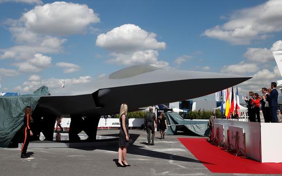 마크롱 프랑스 대통령과 마르가 리타 스페인 국방 장관, 독일 국방 장관 등이 17일 차세대 미래형 전투기 모델 공개식에 참석해 박수치고 있다. 이 미래형 전투기는 프랑스, 독일, 스페인 3국이 공동으로 합작해 생산할 예정이다. [AFP=연합뉴스]