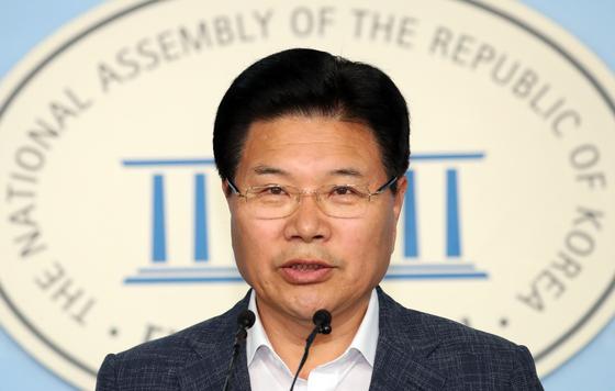홍문종 의원이 18일 서울 여의도 국회 정론관에서 자유한국당 탈당 기자회견을 하고 있다. [뉴스1]