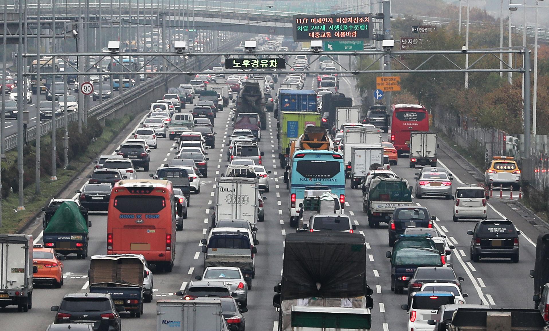 경기도 파주와 일산 등에서 오가는 차량들로 강변북로가 심한 정체를 빚고 있다. [뉴스 1]