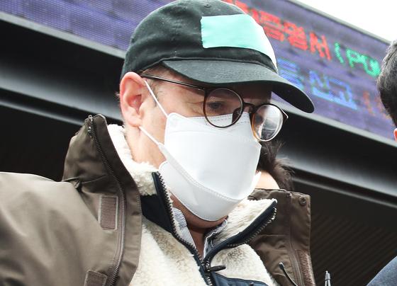 마약 투약 혐의로 체포된 방송인 하일씨가 지난 4월 구속 전 피의자 심문(영장실질심사)을 위해 경기도 수원시 영통구 수원남부경찰서를 나서고 있다. [연합뉴스]