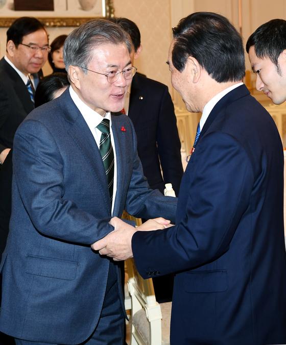 문재인 대통령(왼쪽)이 지난해 12월 14일 오전 청와대에서 누카가 후쿠시로 일한의원연맹 회장을 비롯한 대표단과 인사를 나누고 있다. [청와대사진기자단]