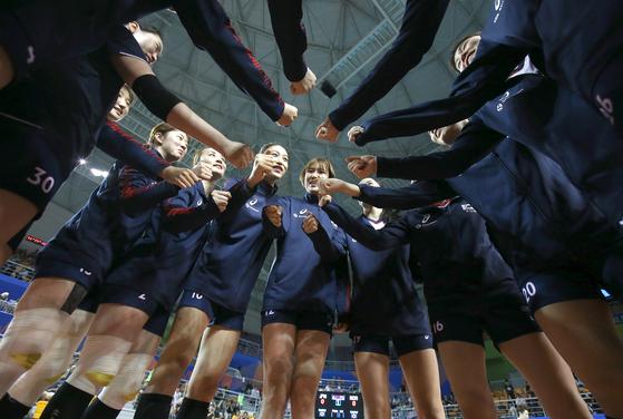 19일 충남 보령종합체육관에서 열린 발리볼네이션스리그 일본전을 앞두고 필승을 다짐하는 여자배구 대표팀 선수들. [사진 국제배구연맹]