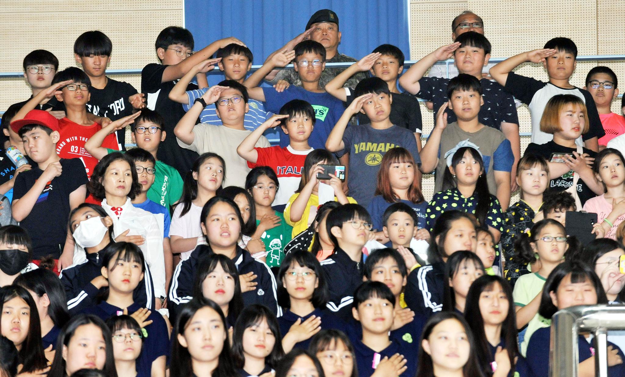 19일 충남 논산 육군훈련소에서 열린 6.25참전용사를 비롯한 보훈단체 초청 행사에는 지역 어린이들과 청소년들도 초청됐다. 어린이들의 경례 자세는 서툴지만 최대한 예를 다한 모습이다. 프리랜서 김성태