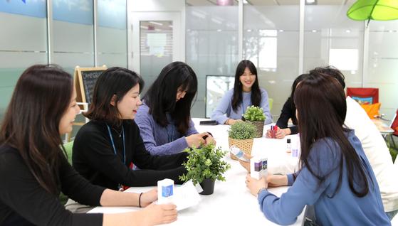 GS리테일 여성 직원들이 자유로운 분위기 속에서 회의를 진행하고 있다. [사진 GS리테일]