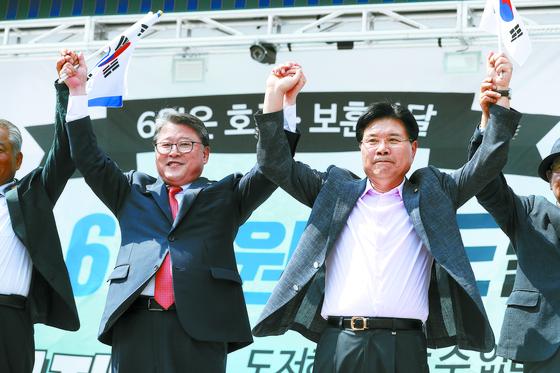 15일 오후 서울역 광장에서 대한애국당 주최로 집회가 진행되고 있다. 조원진(왼쪽)·홍문종 의원이 지지자들에게 인사하고 있다. 장진영 기자
