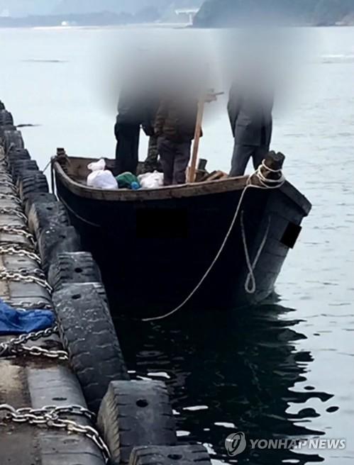 지난 15일 북한 선원 4명이 탄 어선이 연안에서 조업 중인 어민의 신고로 발견됐다는 정부 당국의 발표와 달리 삼척항에 정박했다고 KBS가 18일 보도했다. [KBS 제공=연합뉴스]