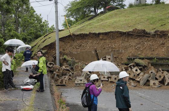 18일 밤 지진으로 진도 6강의 매우 큰 흔들림이 관측된 일본 니가타현 무라카미시에서 축담이 무너지는 등 피해가 발생했다. 해당 지역에는 19일 밤까지 많은 비가 내릴 것으로 예보돼 피해가 커질 수 있는 상황이다. [EPA=연합뉴스]
