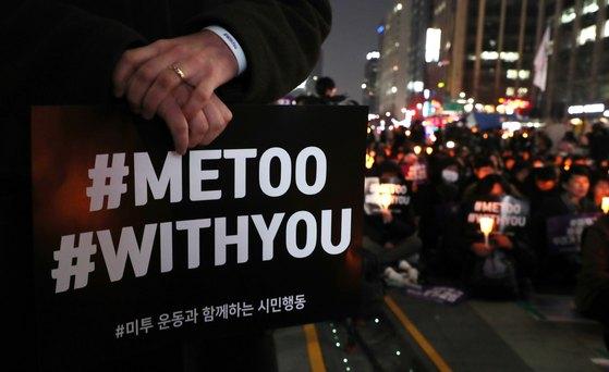 미투운동과 함께하는 시민행동 회원들이 지난 3월 서울 청계광장에서 손팻말과 촛불을 들고 성희롱 ·성추행 근절을 촉구하고 있다. [뉴스1]