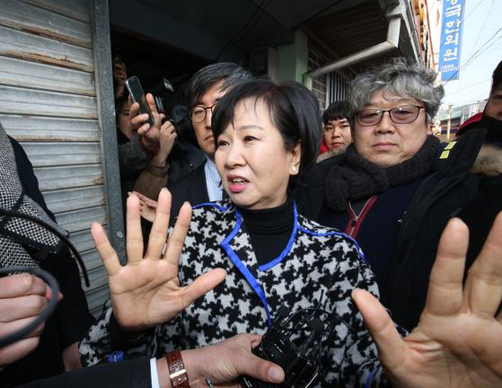 부동산 투기 의혹을 받고 있는 손혜원 의원이 지난 1월 23일 전남 목포 역사문화거리 박물관 건립 예정지에서 기자회견 후 이동하고 있다. [뉴스1]