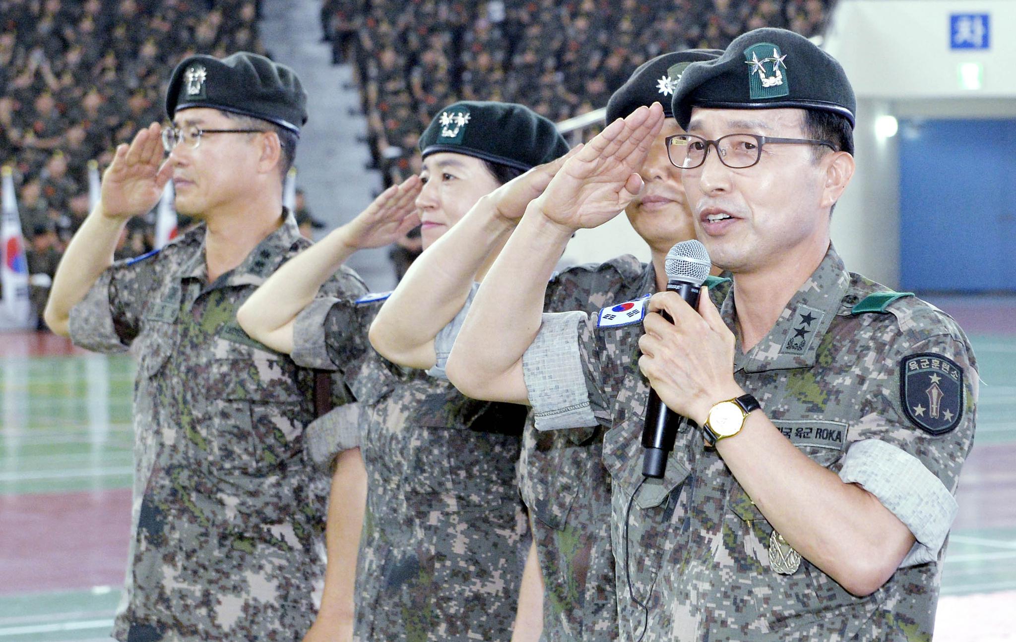 구재서(56·소장) 훈련소장이 19일 충남 논산 육군훈련소에서 열린 6.25참전용사를 비롯한 보훈단체 초청 행사에서 선배 전우들에게 거수경례로 인사하고 있다.프리랜서 김성태