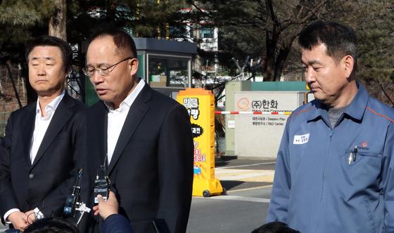 옥경석 한화 화약·방산부문 대표이사(가운데)가 지난 2월 14일 폭발사고로 3명이 숨진 대전공장 정문에서 기자회견을 하고 있다. [연합뉴스]
