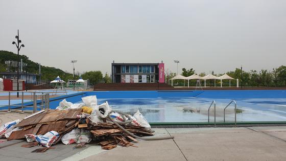 18일 서울 한강 야외 수영장이 개장(28일)을 앞두고 보수공사를 하고 있다. [김태호 기자]