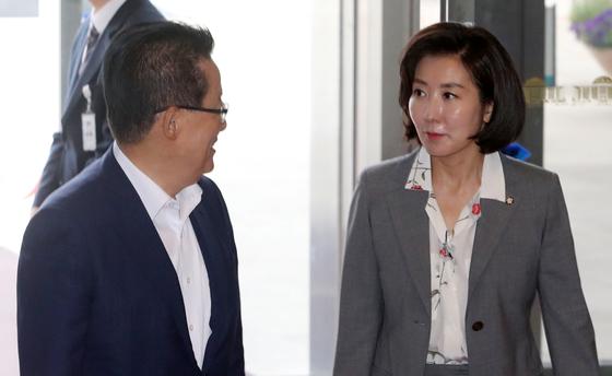 나경원 자유한국당 원내대표와 박지원 민주평화당 의원이 19일 서울 여의도 국회 본청에 들어서며 이야기를 나누고 있다. [뉴스1]