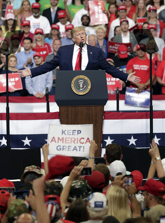 도널드 트럼프 미국 대통령이 18일(현지시간) 오후 재선 출정식장인 플로리다주(州) 올랜도 암웨이센터에서 연설하고 있다.[AP=연합뉴스]