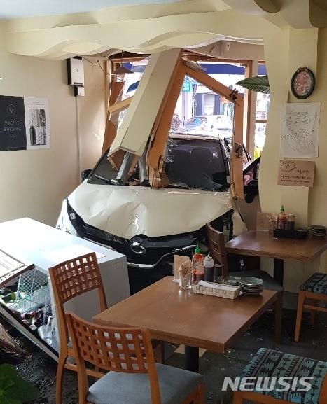 19일 오후 제주 서귀포시 서귀동 인근의 한 상가 건물로 60대 여성이 몰던 소형 SUV 차량이 돌진해 운전자 A(67)씨가 다쳤다. [서귀포소방서 제공=뉴시스]