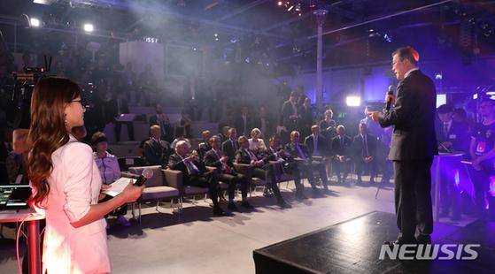 지난 14일(현지시간) 문재인 대통령이 스웨덴 스톡홀름 에릭슨 스튜디오를 방문해 e스포츠 경기를 관람한 후 인사말하는 모습. [뉴시스]