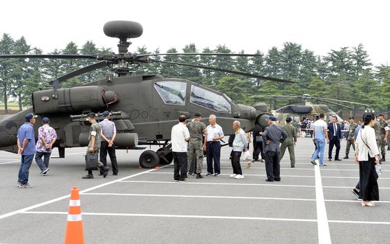19일 충남 논산 육군훈련소에서 열린 6.25참전용사를 비롯한 보훈단체 초청 행사에서 선배 전우들이 전시된 아파치 헬기를 관람하고 있다. 프리랜서 김성태