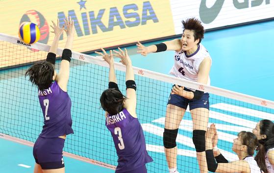 19일 일본전에서 공격을 시도하는 김희진(오른쪽). [사진 국제배구연맹]