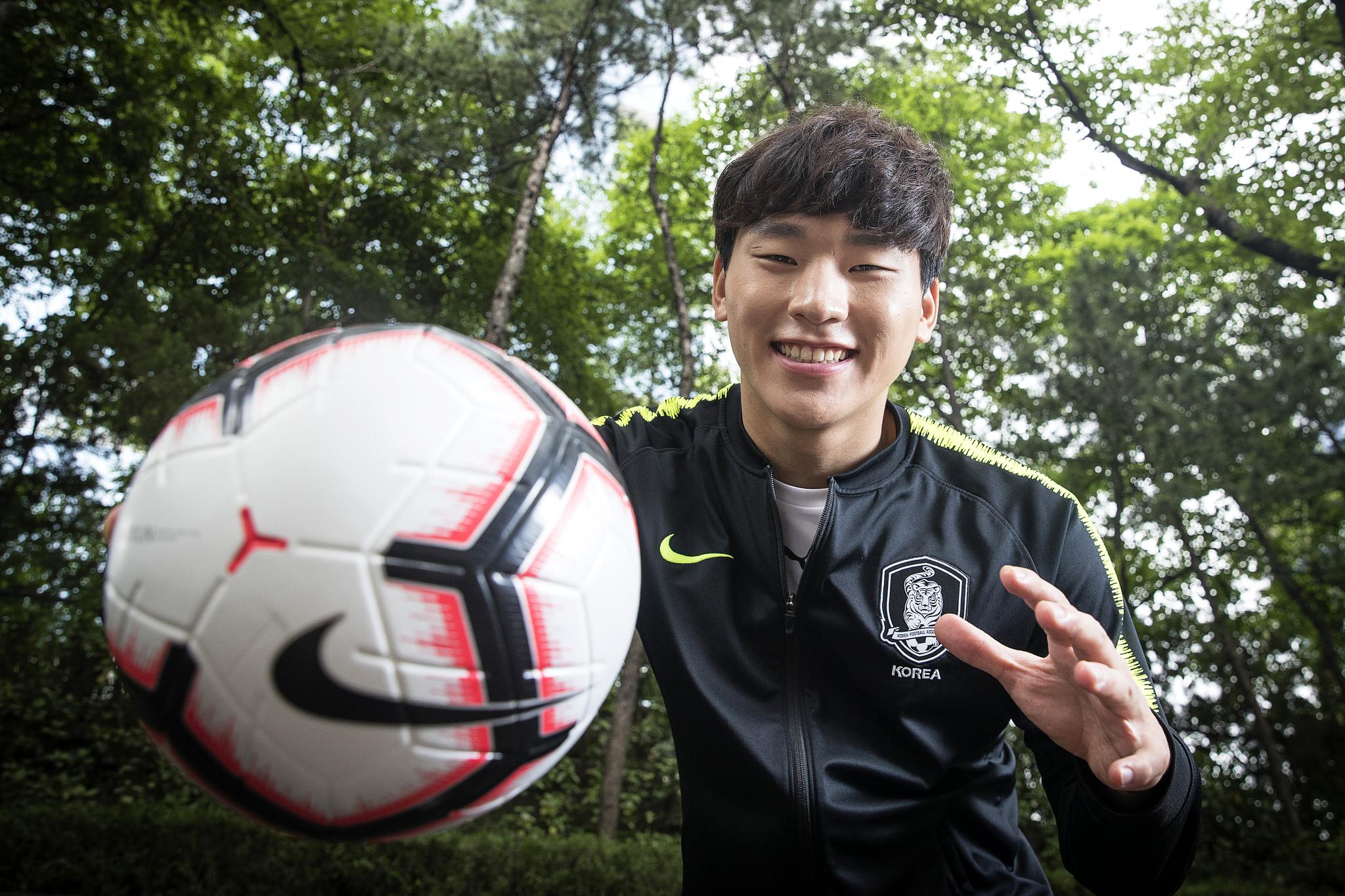 """U-20 월드컵에서 눈부신 선방을 펼친 이광연. 그는 '출연 요청이 밀려들어 정신이 없다. 지금 가장 하고 싶은건 알람 끄고 자는 것""""이라면서도 플래시가 터지자 즐겁게 촬영에 임했다. [장진영 기자]"""
