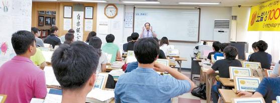 김용진 박사가 많은 학습분량을 빠르게 익히는 초고속 전뇌학습법을 강의하고 있다. [사진 세계전뇌학습아카데미]