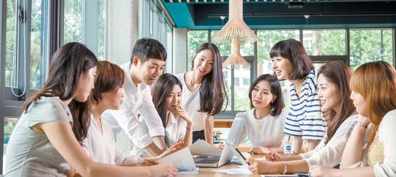 한국방송통신대는 세대별로 다양한 학과들이 인기를 얻고 있다. 이 대학 학생들이 서울 대학로에 있는 교내 카페테리아에서 4차 산업 관련 과제물에 대해 토의하고 있다. [사진 한국방송통신대]