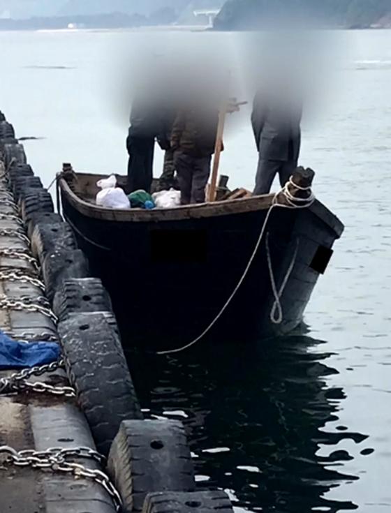 지난 15일 북한 선원 4명이 탄 어선이 연안에서 조업 중인 어민의 신고로 발견됐다는 정부 당국의 발표와 달리 삼척항에 정박했다고 KBS가 18일 보도했다. 사진은 북한 어선이 삼척항 내에 정박한 뒤 우리 주민과 대화하는 모습. [사진 KBS 제공]