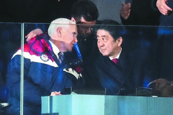 마이크 펜스 미국 부통령(왼쪽)이 지난해 2월 9일 평창올림픽 개회식에서 아베 신조 일본 총리와 대화하고 있다. [뉴스1]