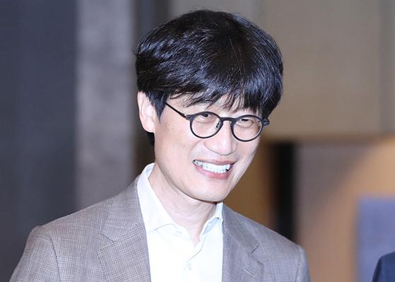'디지털 G2 시대, 우리의 선택과 미래 경쟁력' 심포지엄이 열린 18일 서울 종로구 포시즌스 호텔 그랜드볼룸으로 이해진 네이버 창업자이자 글로벌투자책임자(GIO)가 들어오고 있다. [뉴시스]