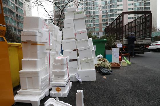 세무 당국이 아파트 단지 재활용품 판매 등 잡수익의 세금 부과로 논란이 일고 있다. [중앙포토]