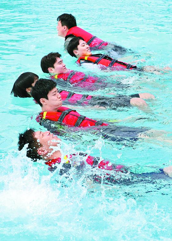 지난 8일 뚝섬 공원에서 열린 생존 수영 강습. [연합뉴스]