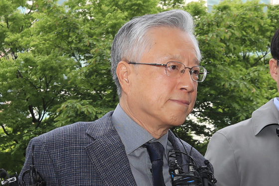 'KT 부정채용' 혐의를 받는 이석채 전 KT 회장이 지난 4월 30일 오전 서울남부지법에서 열린 구속 전 피의자심문(영장실질심사)에 출석하고 있다. [연합뉴스]