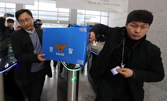 지난 2월 15일 발생한 한화 대전공장 폭발사고와 관련해 대전지방경찰청 수사관들이 한화 대전공장에서 가져온 압수품을 들고 경찰청사 안으로 들어가고 있다. [연합뉴스]