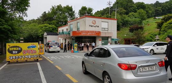 지난해 5월 29일 폭발사고가 발생한 대전시 유성구 한화 대전공장으로 경찰과 대전고용노동청 관계자들이 들어가고 있다. [중앙포토]