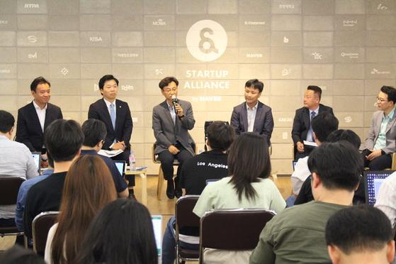 지난 3일 한국인터넷기업협회가 서울 삼성동 엔스페이스에서 '격동하는 게임시장, 봄날은 오는가'라는 주제로 토론회를 연 모습. 김병관 의원은 왼쪽에서 두 번째. [한국인터넷기업협회 제공]