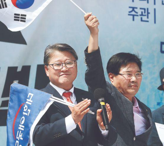 홍문종(오른쪽) 의원이 15일 오후 서울역 광장에서 열린 태극기집회에 참석해 조원진 대한애국당 대표와 연설하고 있다. 홍 의원은 이 자리에서 대한애국당 공동대표로 추대됐다. [장진영 기자]