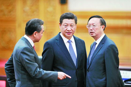 시진핑 외교의 양 날개라 할 수 있는 양제츠(오른쪽) 중앙외사공작 위원회 판공실 주임과 왕이(왼쪽) 외교부장. 두 사람은 각각 영어와 일본어에 능통한 전문 외교관 출신이다. [로이터]