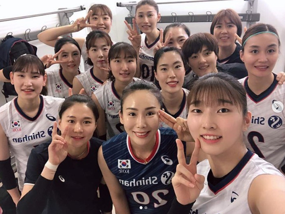 VNL 4주차 이탈리아 경기를 마친 뒤 함께 사진을 찍은 여자 배구 대표팀. [사진 김연경 인스타그램]