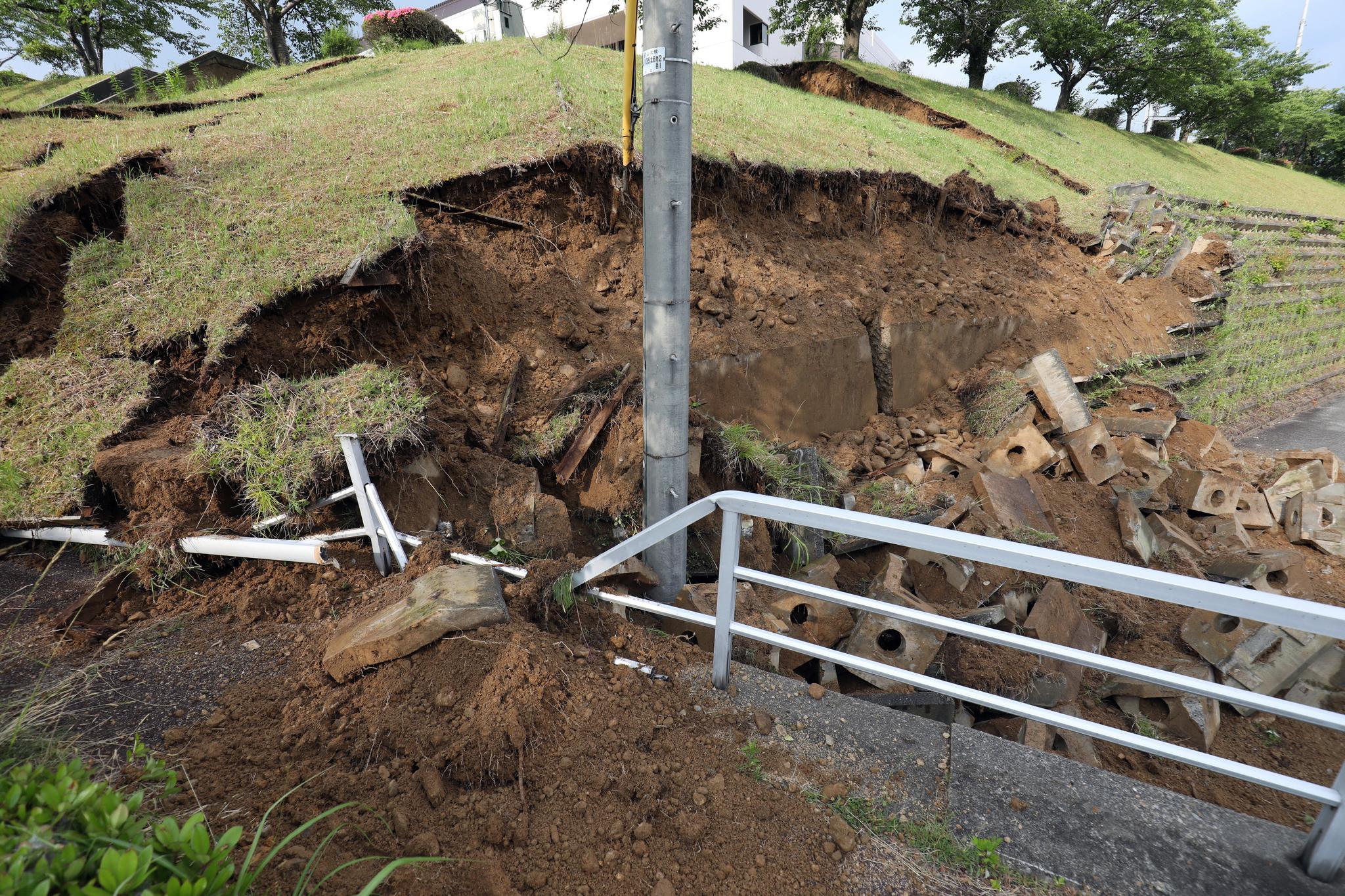 일본 니가타현 무라카미시에서 지진으로 언덕이 무너져내렸다. [EPA=연합뉴스]